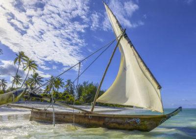 4-HAKUNA-MAJIWE-LODGE-HONEYMOON-sailing-boat-beach-ocean